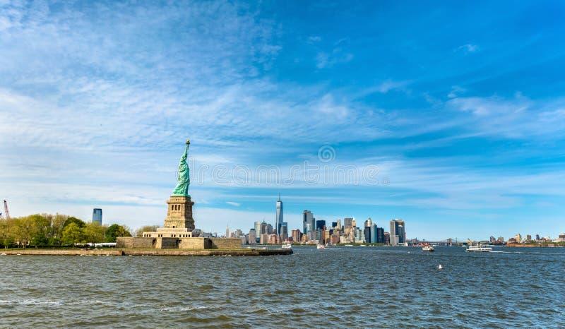 A estátua da liberdade e o Manhattan, New York City fotografia de stock