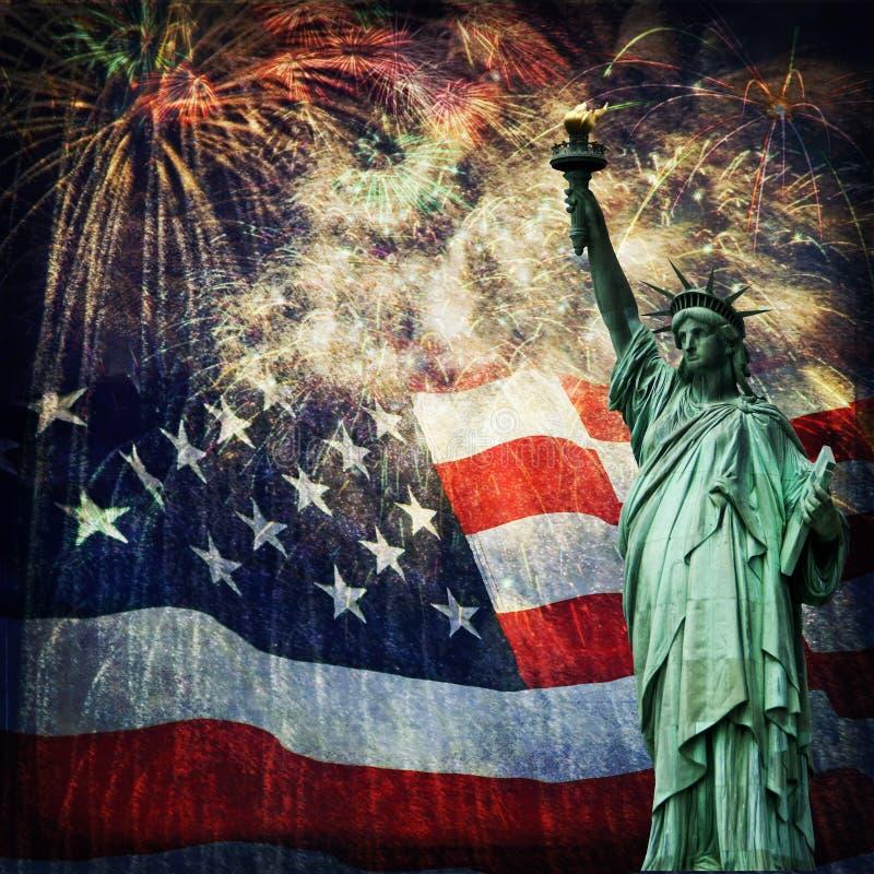 Estátua da liberdade & fogos-de-artifício fotos de stock