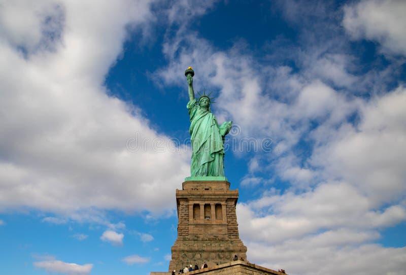 Estátua da Liberdade no céu azul com nuvens brancas no dia ensolarado, Nova Iorque, EUA Outubro de 2018 fotos de stock royalty free