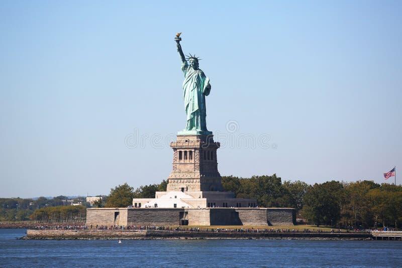 A estátua da liberdade no porto de New York imagens de stock royalty free