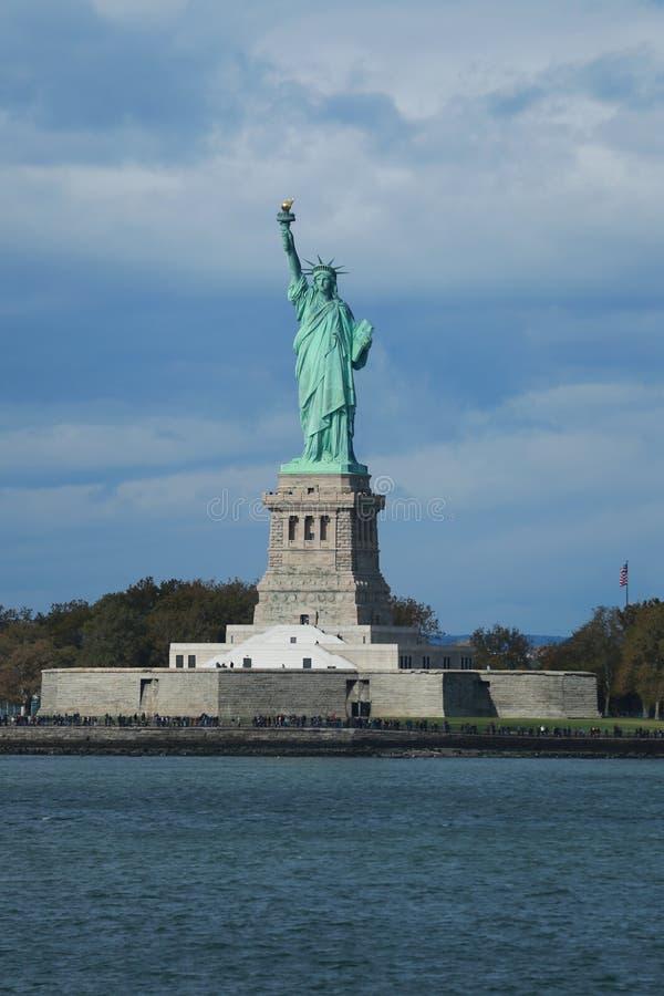 A estátua da liberdade no porto de New York fotos de stock