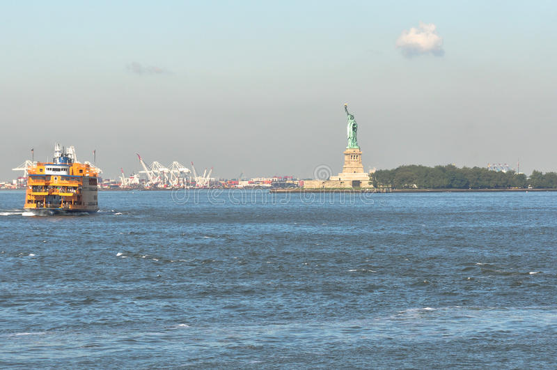 Estátua da liberdade no porto de New York, NY fotos de stock royalty free