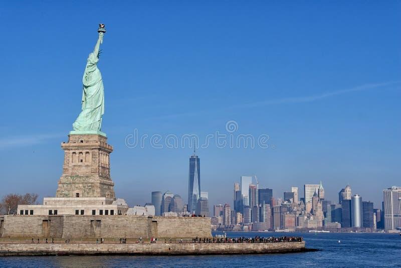 Estátua da liberdade que negligencia Manhattan do centro e o World Trade Center foto de stock