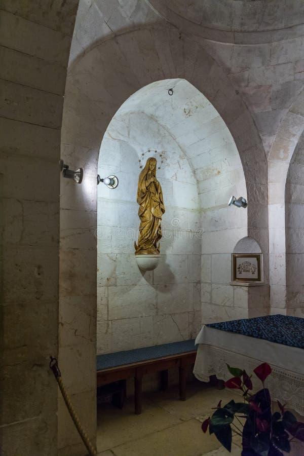 A estátua da mãe de suportes do deus em uma prateleira na parede na igreja de St Anne perto das associações de Bethesda na cidade foto de stock