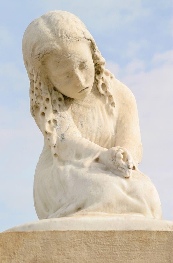 Estátua da menina no cemitério imagens de stock