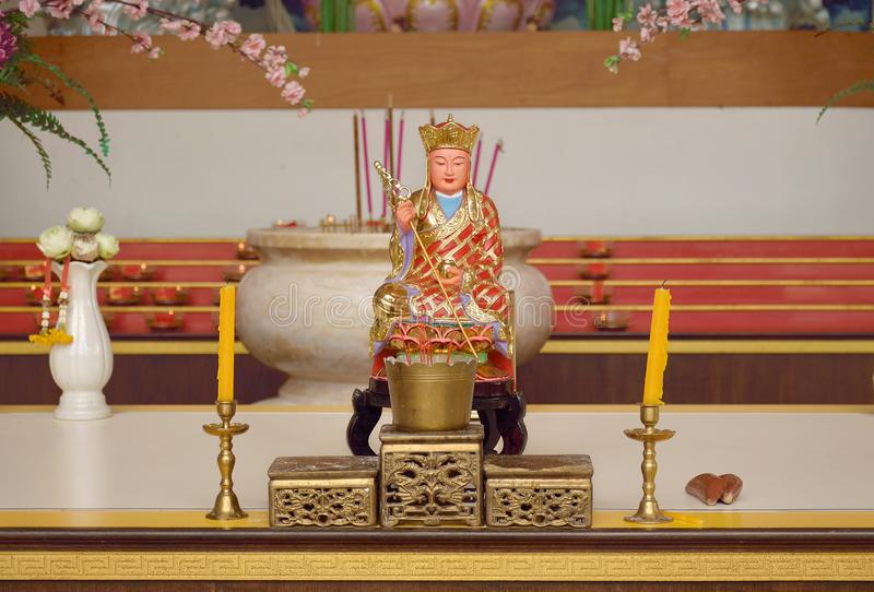 A estátua da monge chinesa e o grupo de alteram a tabela fotos de stock