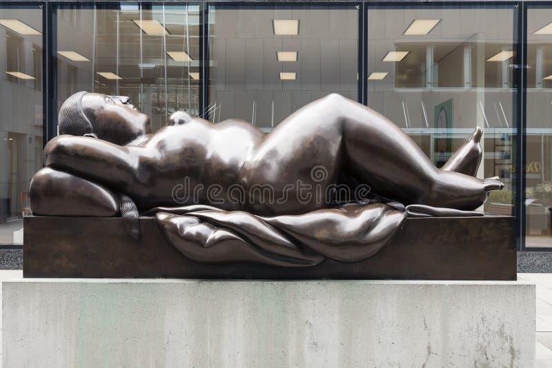 Estátua da mulher de reclinação por Fernando Botero imagens de stock