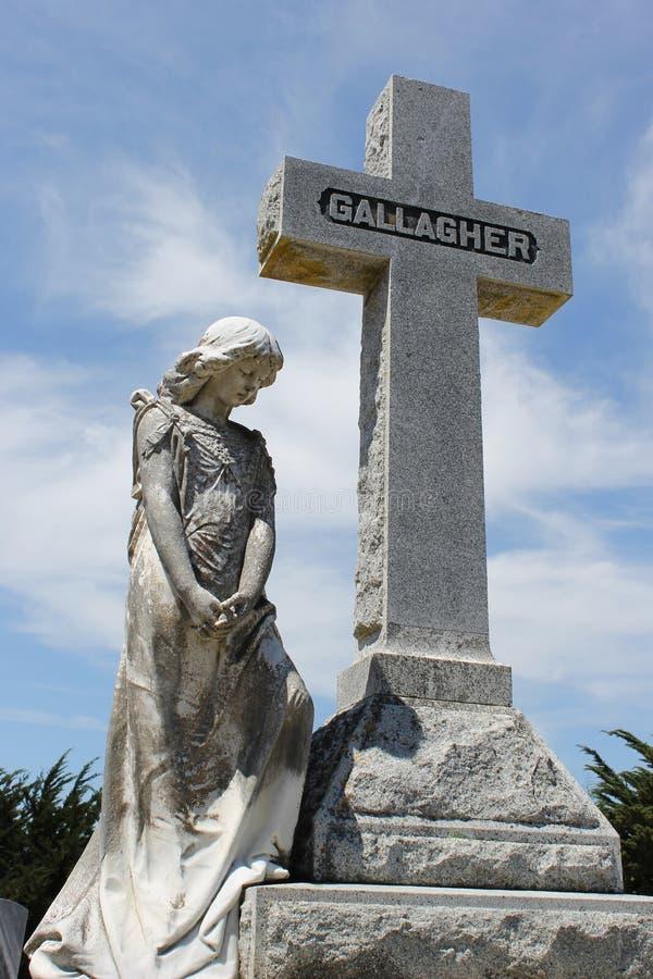 Estátua da mulher e da cruz fotos de stock royalty free