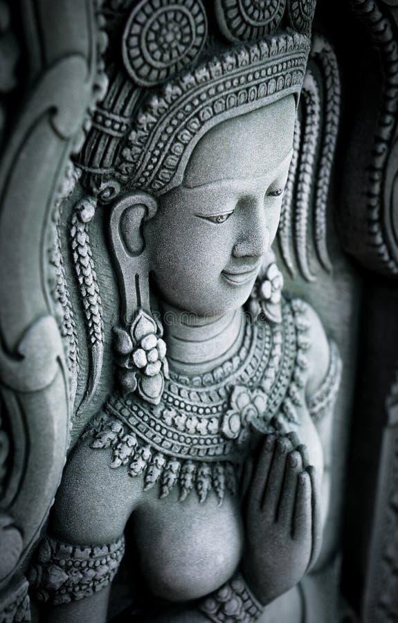 Estátua da mulher na parede no templo antigo em Tailândia foto de stock royalty free