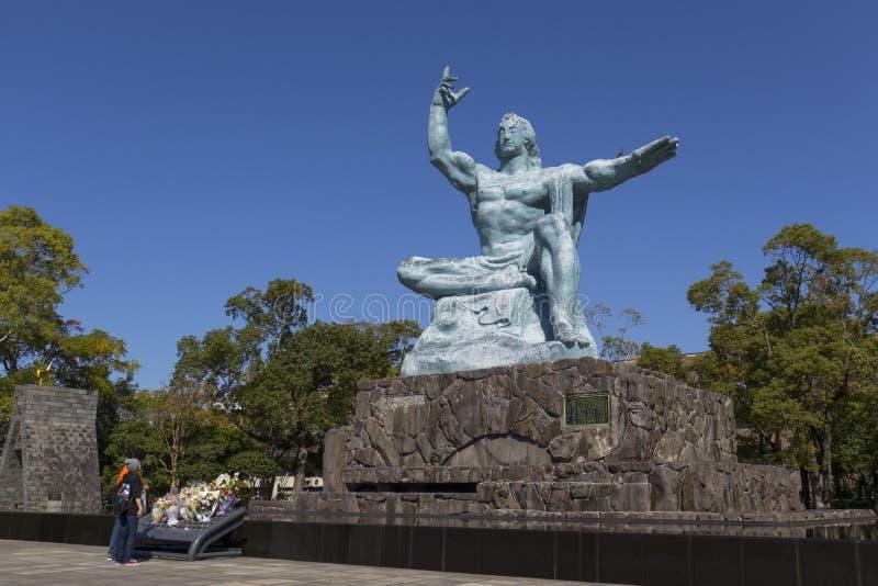 Estátua da paz de Nagasaki por Seibo Kitamura no parque da paz de Nagasaki em Nagasaki, Japão imagens de stock