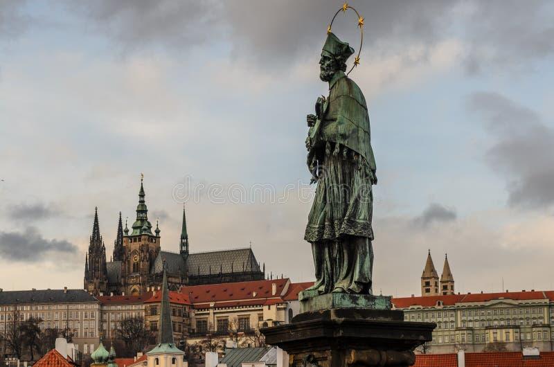 Estátua da ponte de Charles do padre imagem de stock royalty free