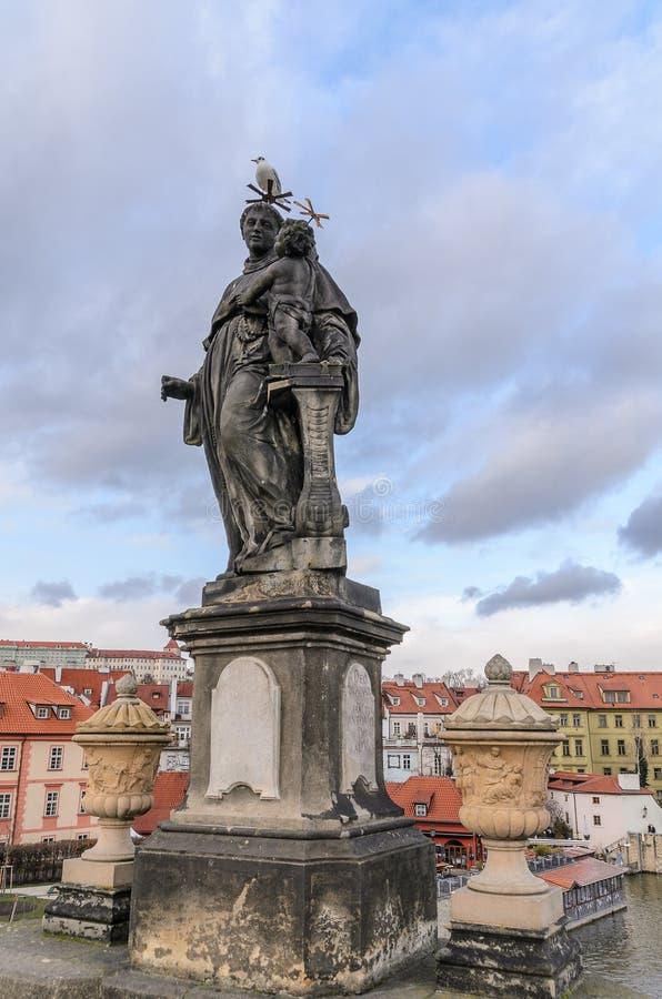 Estátua da ponte de Charles do padre fotos de stock royalty free