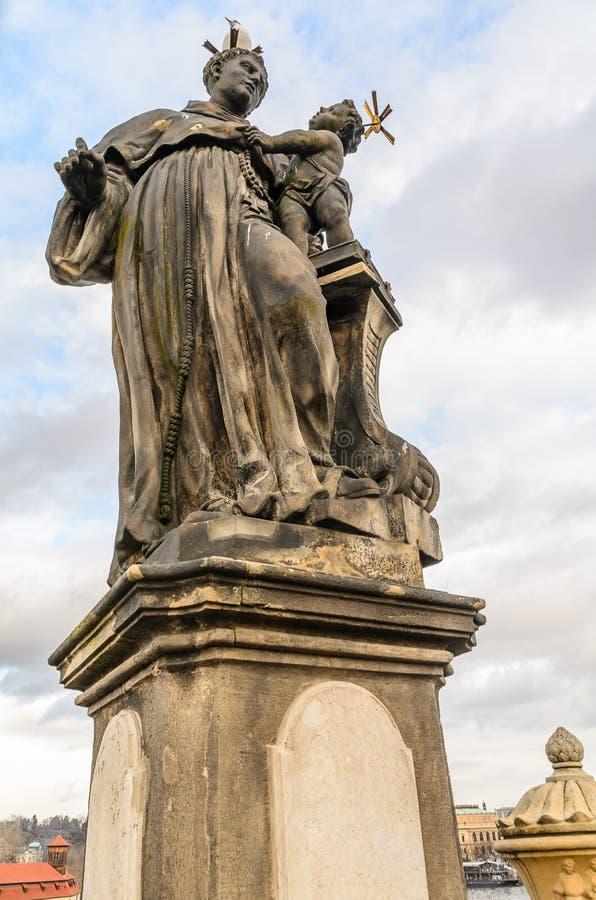 Estátua da ponte de Charles do padre imagem de stock