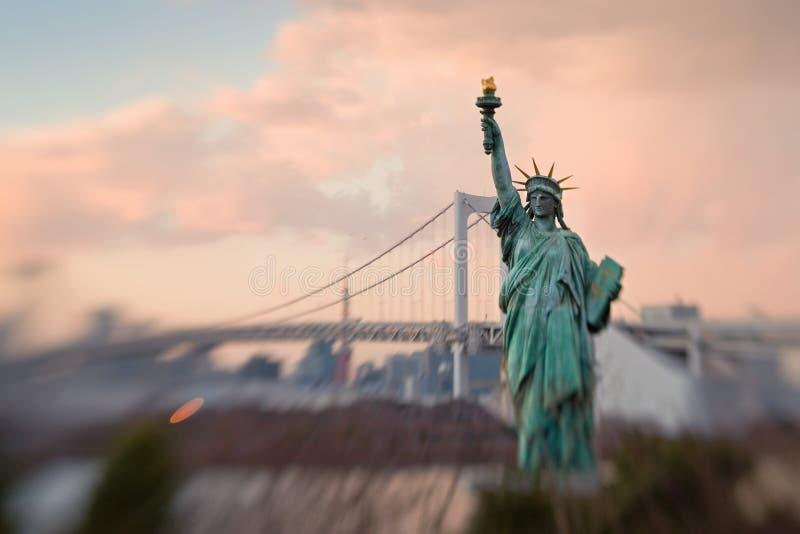Estátua da réplica da liberdade no louro de Tokyo imagens de stock