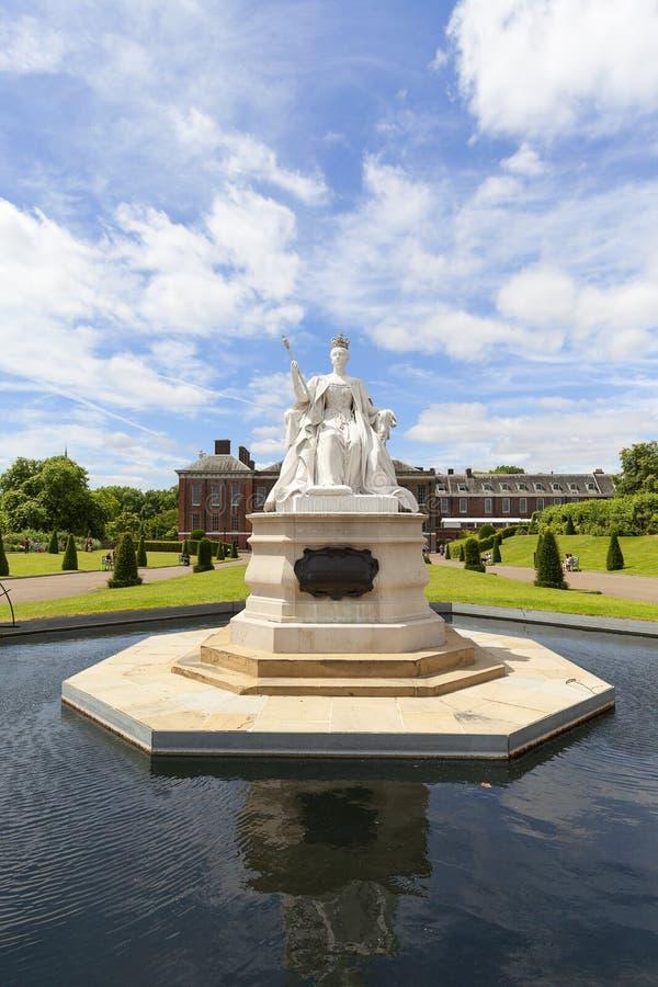 Estátua da rainha Victoria e do palácio de Kensington no jardim de Kensington, Londres, Reino Unido fotografia de stock royalty free