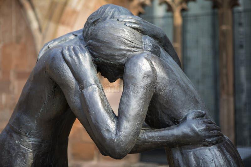 Estátua da reconciliação na catedral de Coventry fotografia de stock