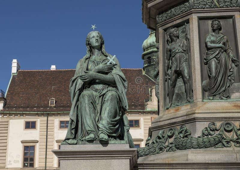 Estátua da religião, parte de um monumento a Francis II em um pátio no palácio de Hofburg, Viena fotos de stock royalty free