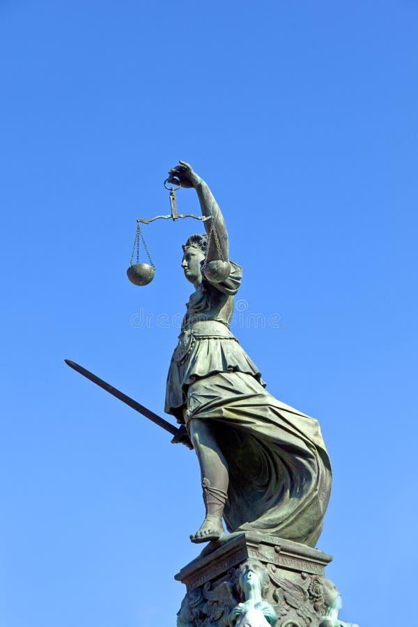 Estátua da senhora Justiça em Francoforte - germe fotografia de stock