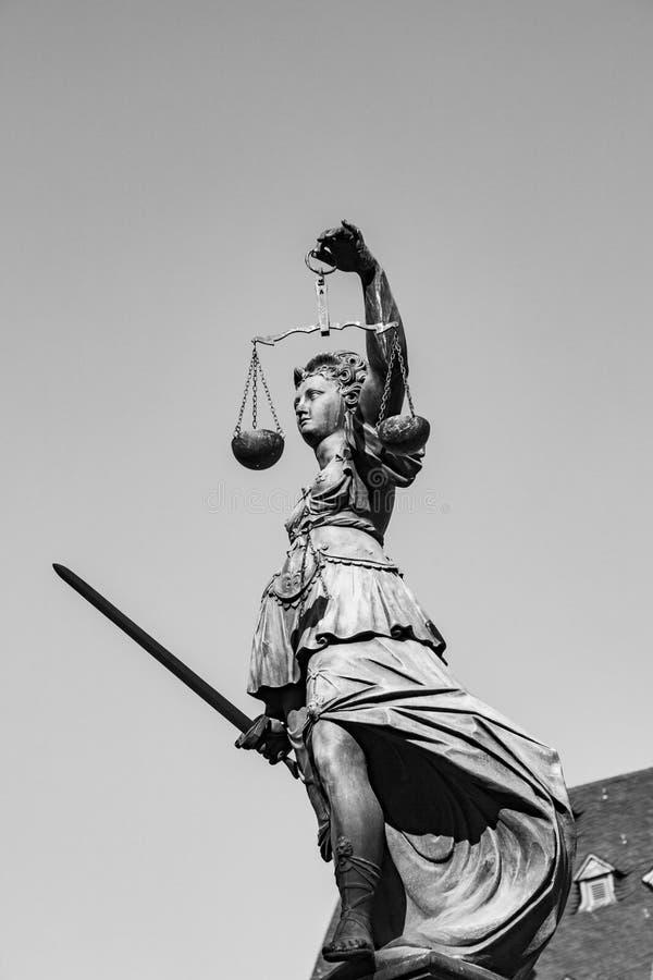 Estátua da senhora Justice na frente do Romer em Francoforte imagens de stock royalty free