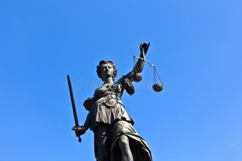 Estátua da senhora Justice na parte dianteira imagens de stock royalty free