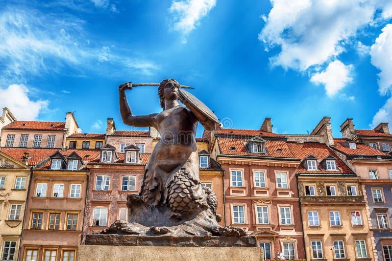 A estátua da sereia de Varsóvia, Syrenka polonês Warzawska, um símbolo de Varsóvia fotos de stock