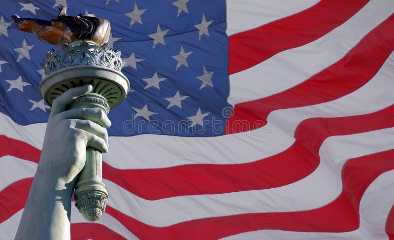 Estátua da tocha & da bandeira da liberdade foto de stock royalty free