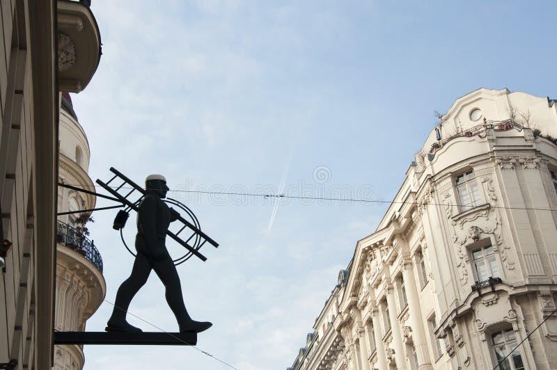 Estátua da vassoura da chaminé no centro da cidade de Viena fotografia de stock