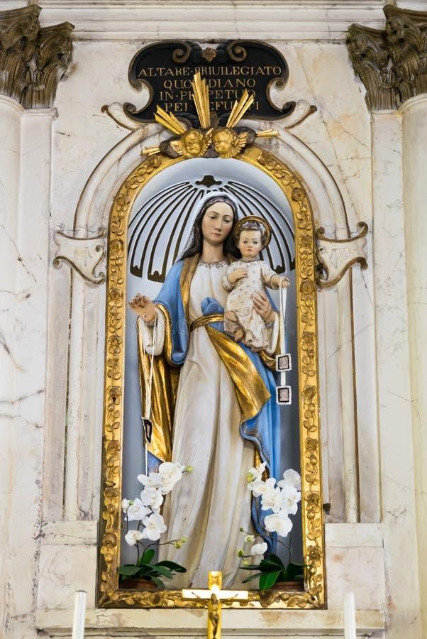 Estátua da Virgem Maria com bebê Jesus dentro de uma igreja fotografia de stock