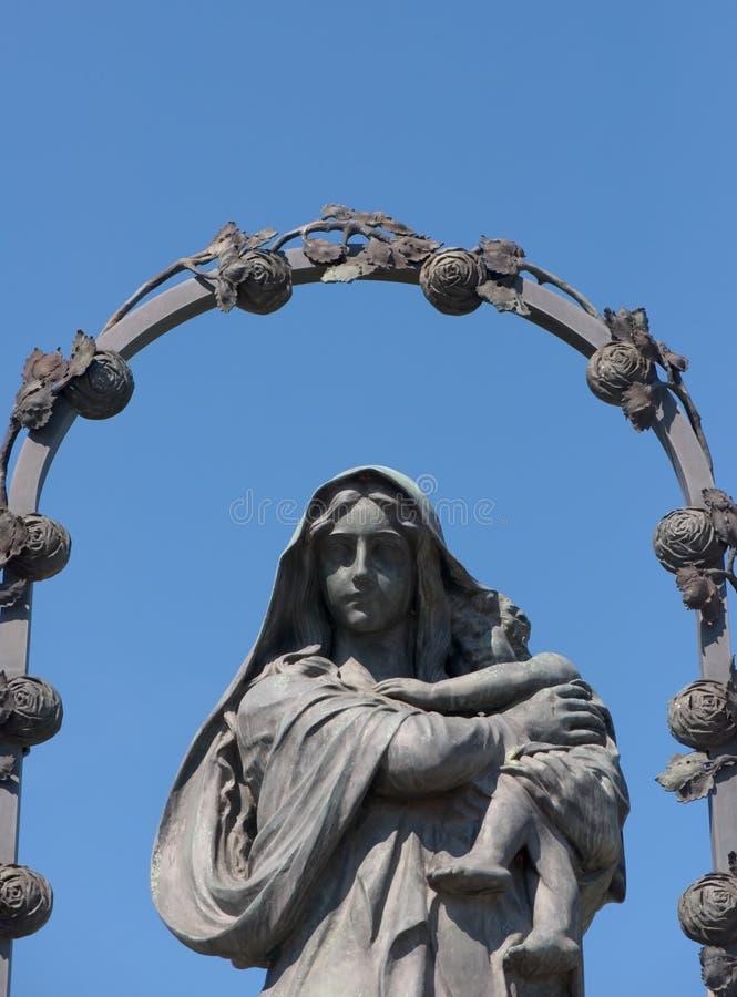 Estátua da Virgem Maria com bebê Jesus em Viena imagens de stock