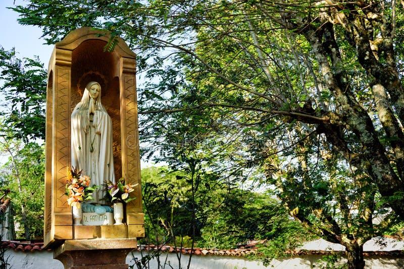 Estátua da Virgem Maria em um parque em Barichara, Santander imagem de stock royalty free