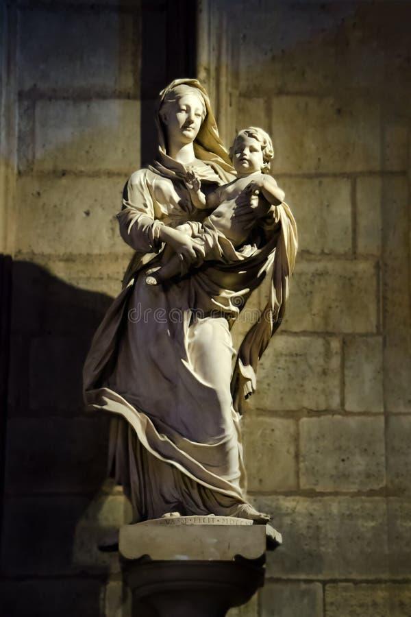Estátua da Virgem Maria na catedral de Notre Dame de Paris imagens de stock royalty free
