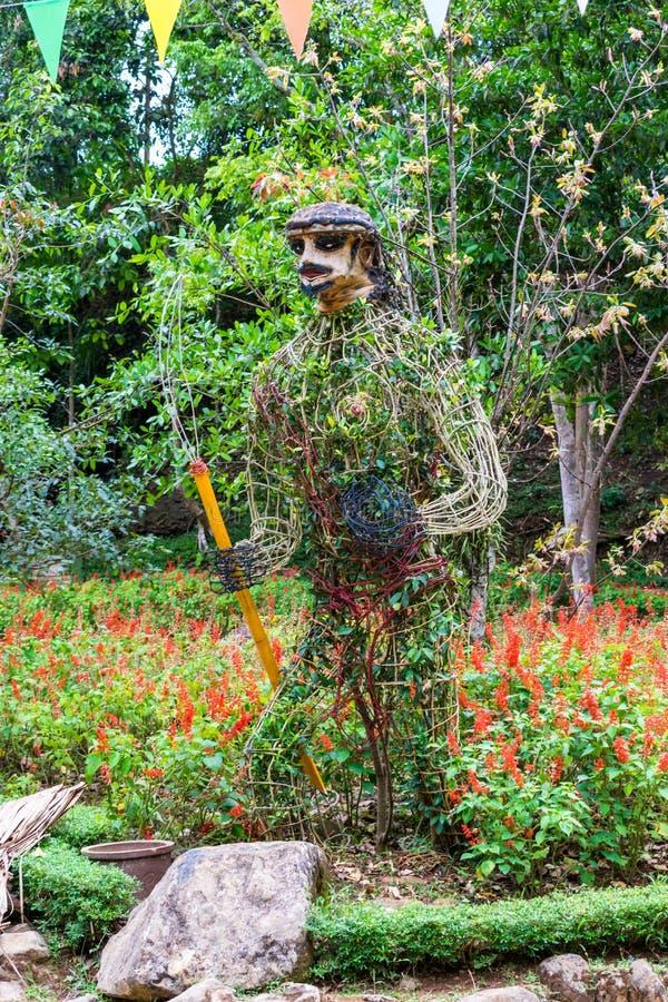 Estátua das flores na forma do guerreiro no parque fotos de stock