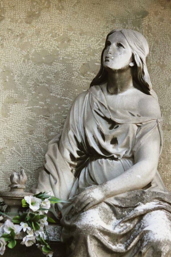 Estátua das mulheres no túmulo foto de stock