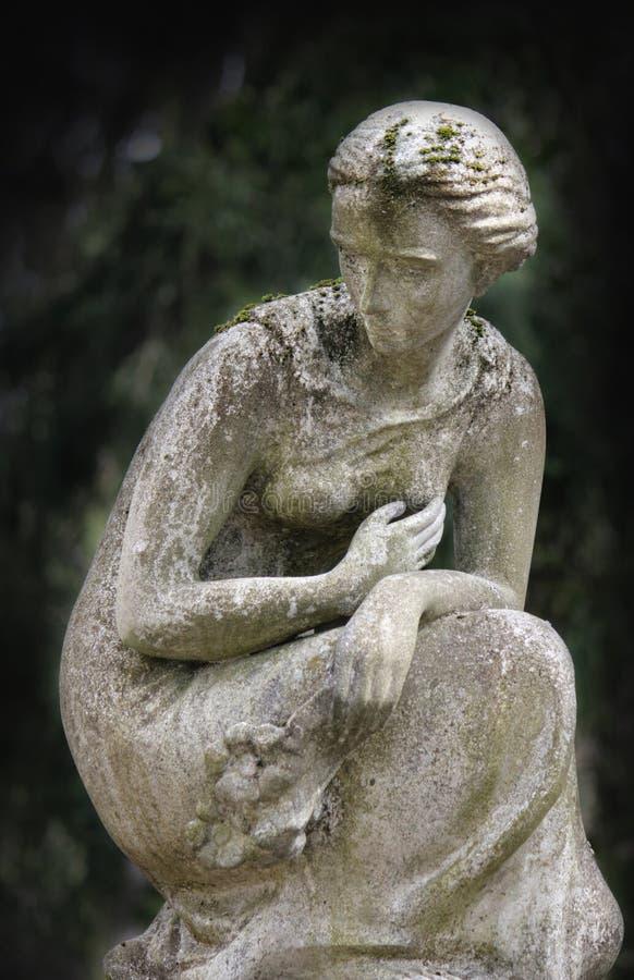 Estátua das mulheres no túmulo fotos de stock