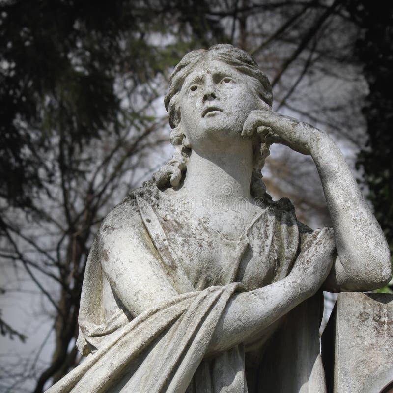 Estátua das mulheres no túmulo imagem de stock