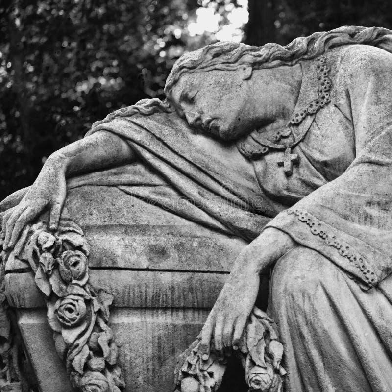 Estátua das mulheres no túmulo imagem de stock royalty free