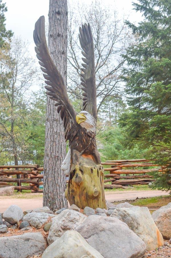 Estátua de Águia Cálida Gravada Do Tronco De Árvore fotos de stock