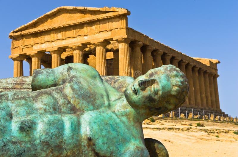 Estátua de Ícaro na frente do templo de Concordia no vale do templo, Sicília de Agrigento imagem de stock