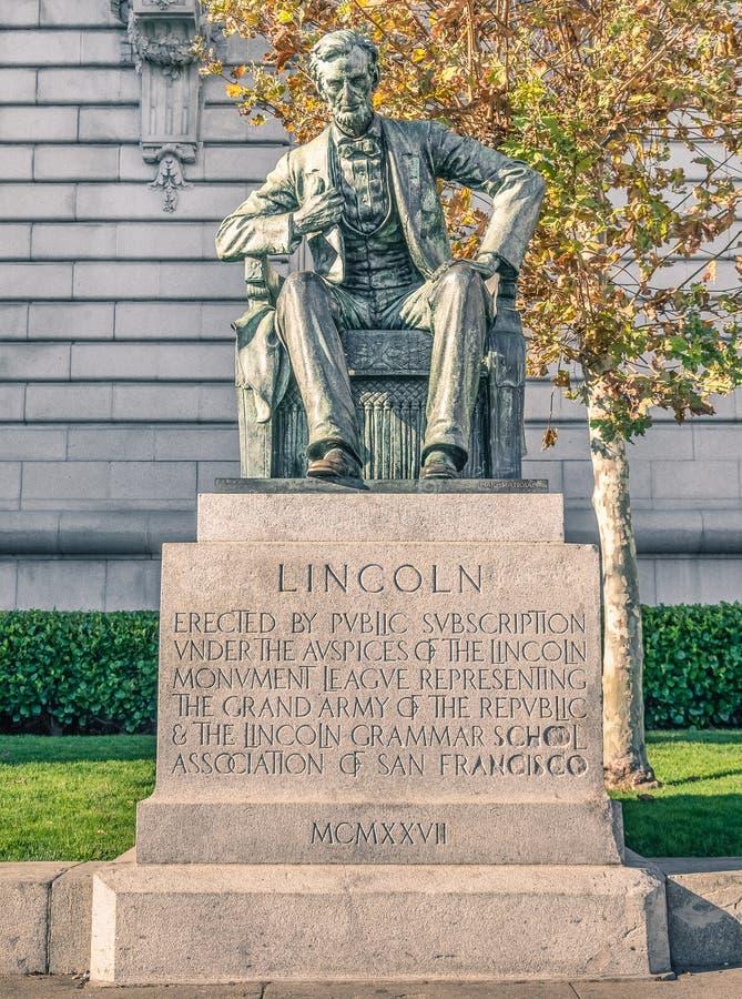 Estátua de Abraham Lincoln na plaza do centro cívico e na câmara municipal de imagens de stock