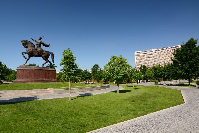 Estátua de Amir Timur e o hotel soviético de Usbequistão do estilo Quadrado de Amir Timur tashkent uzbekistan imagens de stock