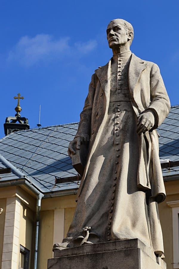 Estátua de Andrej Kmet, do padre do slovak, do erudito, do geólogo, do arqueólogo e do poeta em Banska Stiavnica, Eslováquia cent imagens de stock royalty free