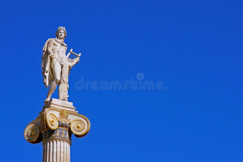 Estátua de Apollo na frente da universidade de Atenas foto de stock royalty free