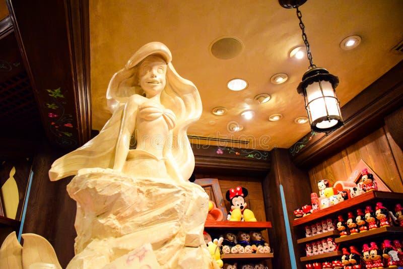 Estátua de Ariel na loja de Disney em Hong Kong Disneyland fotos de stock
