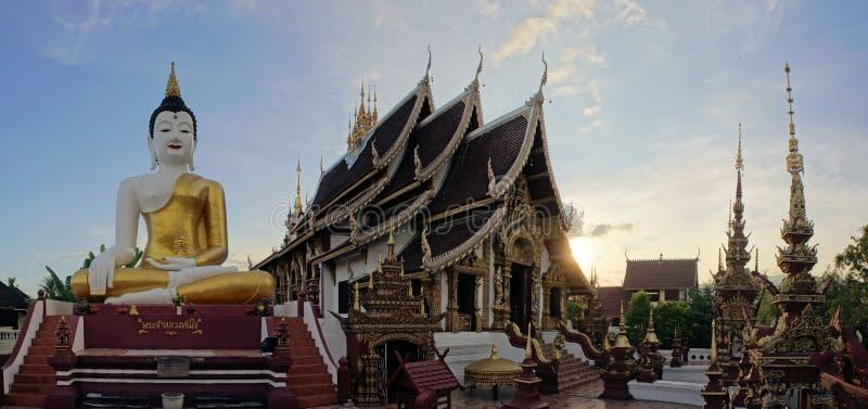Estátua de assento da Buda no templo de Chiang Mai fotos de stock