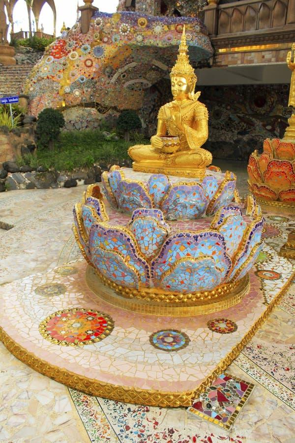 Estátua de assento dourada de Lord Buddha, sentando-se em uns lótus, decorados com as telhas de mosaico bonitas, coloridas na ent fotos de stock royalty free