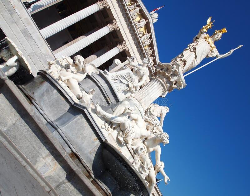 Estátua de Athena na frente do parlamento austríaco fotografia de stock