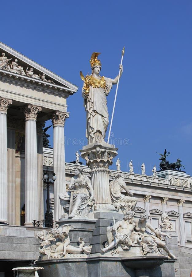 Estátua de Athena na frente do parlamento austríaco imagem de stock