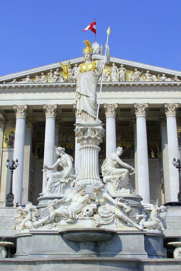 Estátua de Athena na frente do parlamento austríaco em Viena imagens de stock