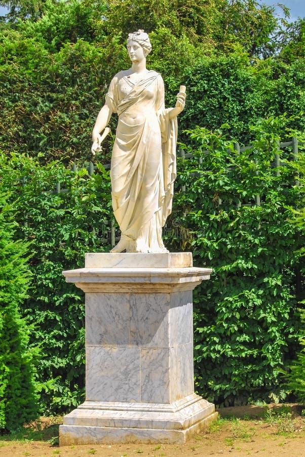 Estátua de Athena nos jardins de Versalhes fotos de stock royalty free