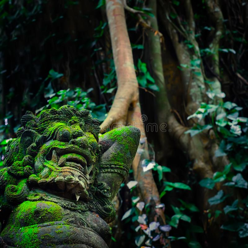 Estátua de Barong Lion Guardian na frente do templo do Balinese Indones imagens de stock royalty free